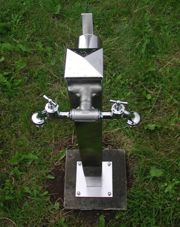 Wasserzapfsäule Edelstahl quadr. mit 2 Auslaufhähnen + Schlauchhalter Bild 1