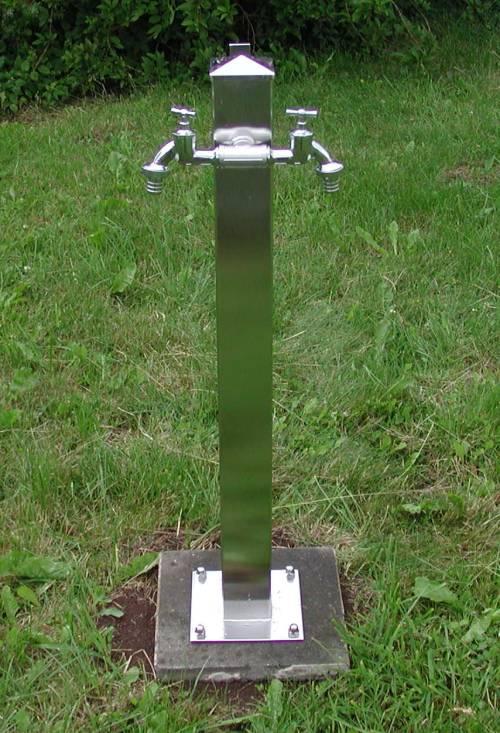 Wasserzapfsäule Edelstahl quadratisch mit 2 Auslaufhähnen Bild 1