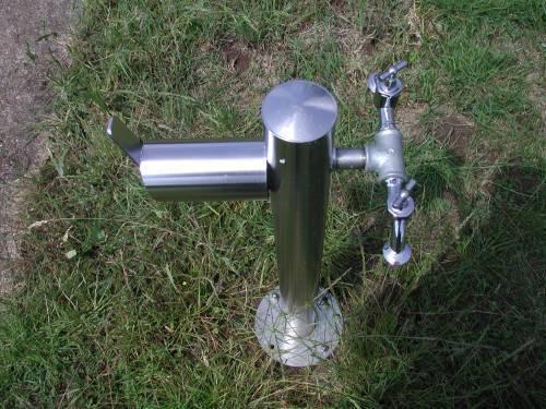 Wasserzapfsäule Edelstahl rund mit 2 Auslaufhähnen und Schlauchhalter Bild 1