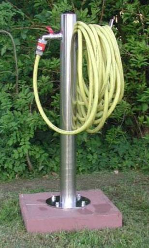 Wasserzapfsäule Edelstahl rund mit 2 Auslaufhähnen und Schlauchhalter Bild 2